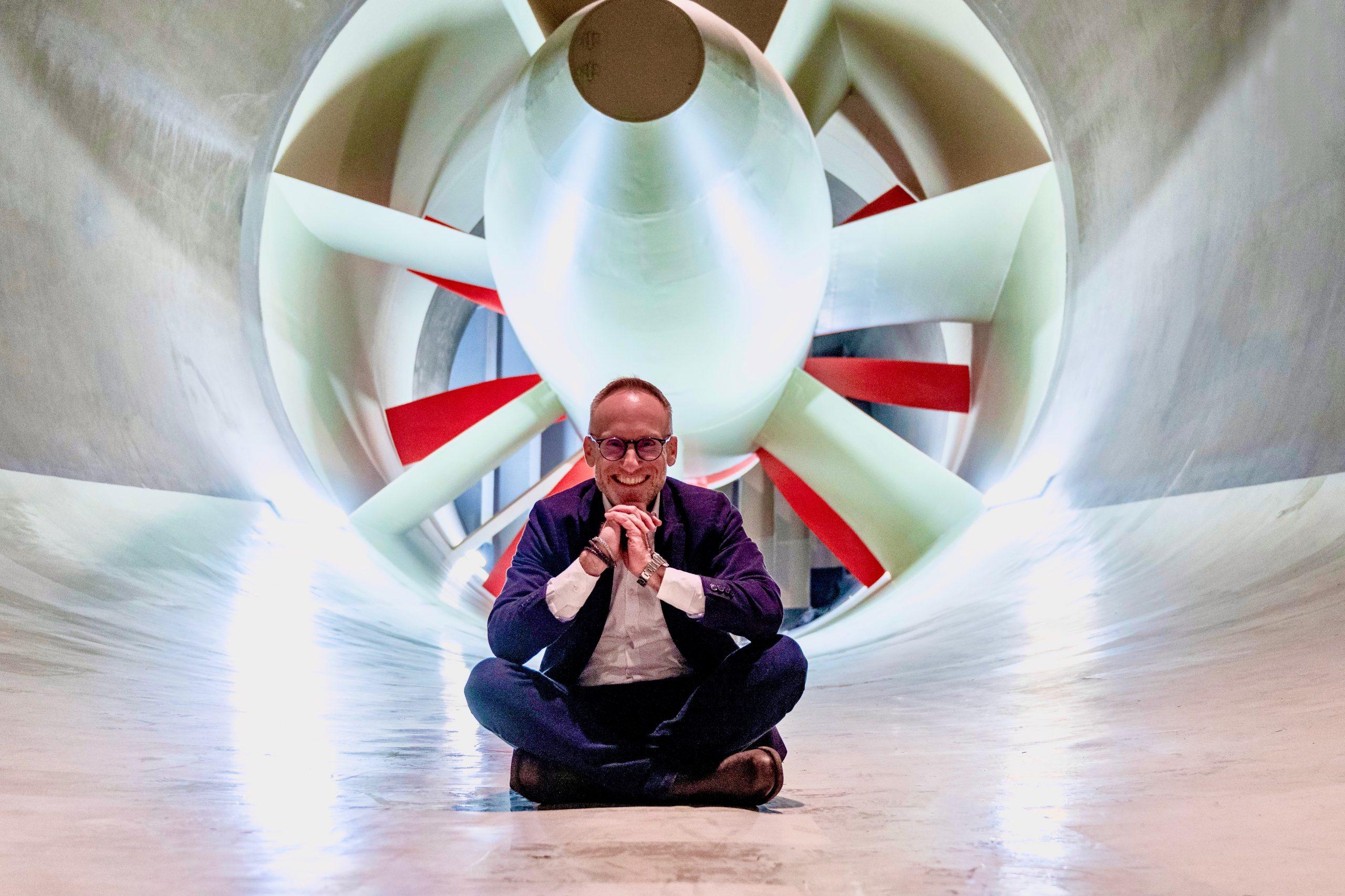 Thomas Curtius MW sitzt vor Propeller